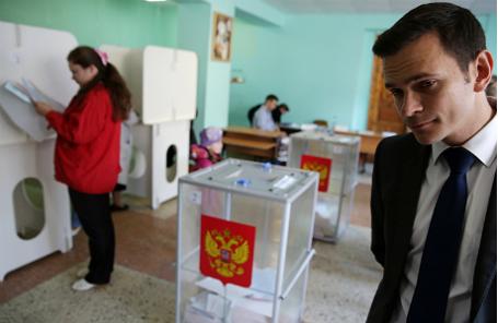 Кандидат в депутаты Костромской областной Думы Илья Яшин во время голосования на избирательном участке №246 на выборах губернатора Костромской области, а также депутатов областной и городской дум.