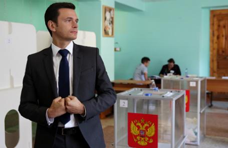 Кандидат в депутаты Костромской областной Думы Илья Яшин во время голосования на избирательном участке №246 на выборах губернатора Костромской области, а также депутатов областной и городской дум в Единый день голосования.