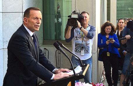 Бывший премьер-министр Австралии Тони Эбботт выступает перед журналистами у входа в парламент в Канберре.