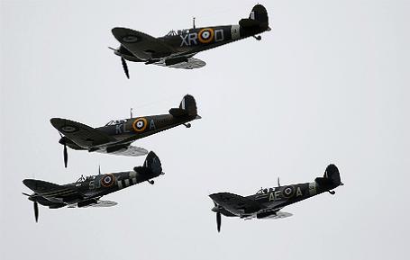 Истребители времен Второй мировой войны Spitfire и Hurricane в небе во время памятного мероприятия по случаю празднования годовщины Битвы за Британию в Биггин Хилл на юге Англии.