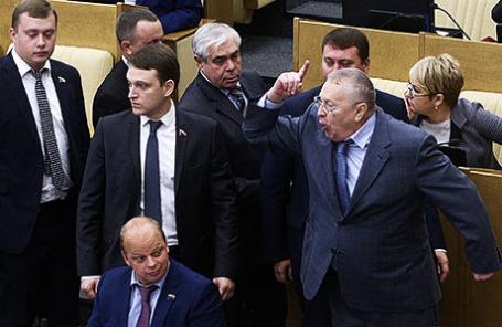 Лидер ЛДПР Владимир Жириновский (справа на первом плане) и фракция ЛДПР покидают зал заседаний Государственной Думы РФ.