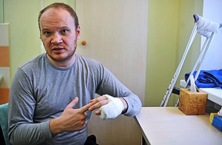 Корреспондент газеты «Коммерсант» Олег Кашин проходит курс реабилитации в одной из лечебных клиник города 28 декабря 2010.