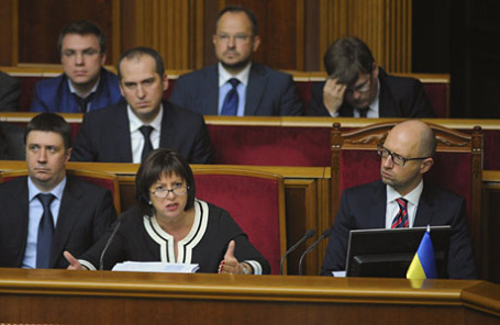 Украинский премьер-министр Арсений Яценюк (справа) и министр финансов Наталья Яресько на заседании парламента в Киеве.