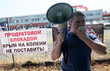 Участник акции протеста против продовольственной блокады Крыма, инициированной Меджлисом крымских татар, у здания телекомпании АТР.