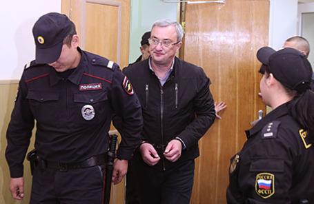 Глава Республики Коми Вячеслав Гайзер (в центре) перед рассмотрением ходатайства следствия об аресте по делу об организации преступного сообщества и мошенничестве в Басманном суде.