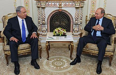 Президент России Владимир Путин и премьер-министр Израиля Биньямин Нетаньяху (справа налево) во время встречи в Ново-Огарево.