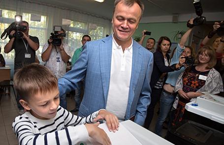 Временно исполняющий обязанности губернатора Иркутской области Сергей Ерощенко с сыном Сергеем во время голосования на избирательном участке на выборах губернатора Иркутской области.