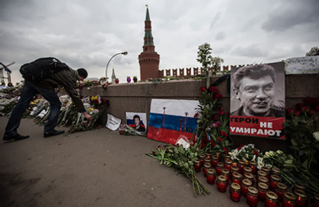 Цветы на месте убийства политика Бориса Немцова на Большом Москворецком мосту.