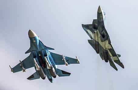 Фронтовой бомбардировщик Су-34 и российский многоцелевой истребитель пятого поколения - перспективный авиационный комплекс фронтовой авиации (ПАК ФА) Т-50 (слева направо).