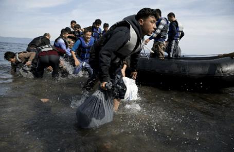 Нелегальные мигранты и беженцы продолжают прибывать на греческий остров Лесбос
