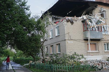 Разрушенный дом на одной из улиц города  Горловка, Донбасс.
