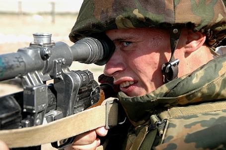 Снайпер во время учений российской военной базы в Таджикистане.