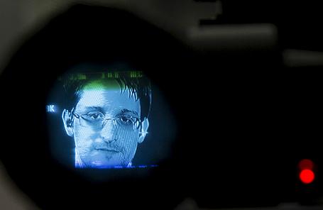 Эдвард Сноуден в объективе фотокамеры во время телемоста из Москвы в рамках обсуждения международного договора о праве на неприкосновенность частной жизни. Нью-Йорк, 24 сентября.