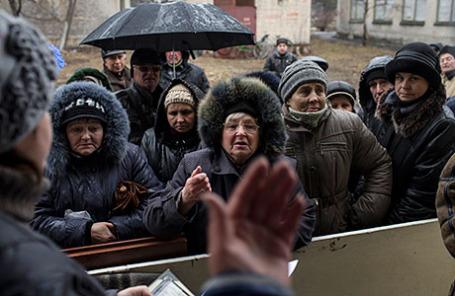 Местные жители в Дебальцево близ Донецка.