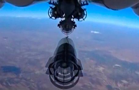 Российский военный самолет сбрасывает бомбу во время бомбардировок около Идлиб в Сирии.