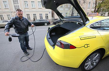 Во время заправки электротакси Tesla.