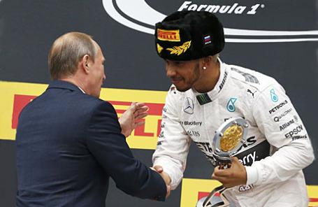 Президент РФ Владимир Путин (справа) и пилот команды Mercedes Льюис Хэмилтон, занявший первое место на российском этапе чемпионата мира по кольцевым автогонкам в классе «Формула-1».