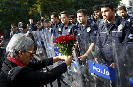 Демонстрация в память жертв взрывов субботу в Анкаре.