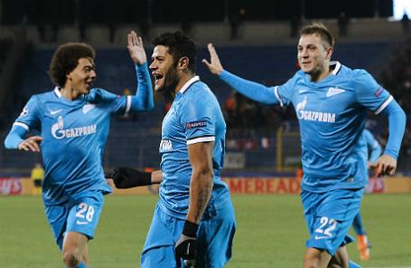 Игроки «Зенита» Аксель Витсель, Халк и Артем Дзюба (слева направо) радуются забитому голу в матче Лиги чемпионов УЕФА.
