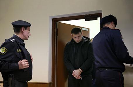 Шота Элизбарашвили (в центре), водитель предпринимателя Амирана Георгадзе, разыскиваемого по делу об убийстве четырех человек в Красногорском районе, перед началом рассмотрения ходатайства следствия об аресте в Бабушкинском суде.
