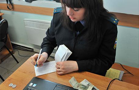 Судебный пристав выписывает квитанцию, во время совместного рейда с сотрудниками ДПС по выявлению граждан, не уплативших наибольшее количество административных штрафов в установленные КоАП РФ сроки.