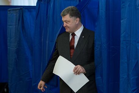 Президент Украины Петр Порошенко во время голосования на выборах в органы местного самоуправления на одном из избирательных участков Киева.