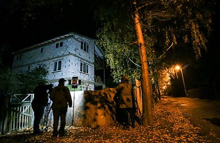 У дома на улице Школьной 55 в деревне Тимошкино Красногорского района, где было найдено тело «красногорского стрелка» Амирана Георгадзе. Московская область, 24 октября 2015.