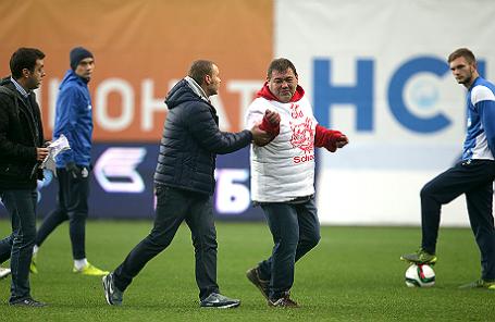 Болельщик «Спартака» (справа) и комментатор Дмитрий Дерунец (слева).
