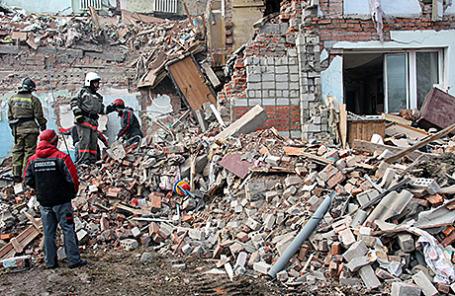 Поисково-спасательные работы на месте разрушений, которые произошли в результате взрыва бытового газа в жилом трехэтажном доме в поселке Корфовский, Хабаровский край, 30 октября 2015.
