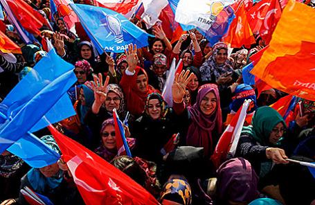 Сторонники правящей партии Турции на митинге в Конье, Турция.