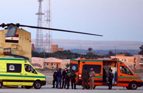 Египетская армия с полицейскими и спасательным экипажем доставляет тела жертв авиакатастрофы в аэропорт Kabrit в Суэц.