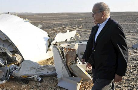 Премьер-министр Египта Шериф Исмаил осматривает место крушения российского Airbus A321.