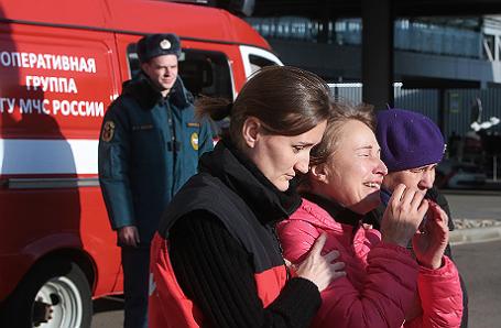 Родственники пассажиров потерпевшего крушение самолета.