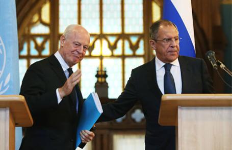 Специальный посланник генерального секретаря ООН по Сирии Стаффано де Мистура и министр иностранных дел РФ Сергей Лавров (слева направо) во время совместной пресс-конференции по итогам встречи.