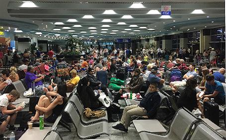 Туристы в зале ожидания на территории аэропорта Шарм-эш-Шейха.