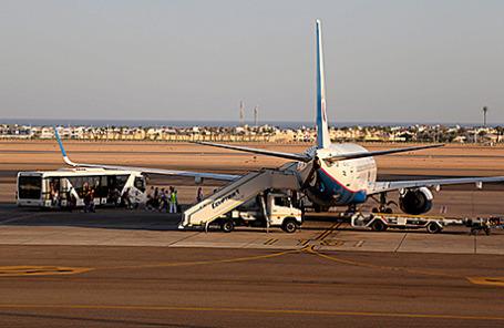 Пассажиры садятся в самолет в аэропорту Шарм-эль-Шейха.