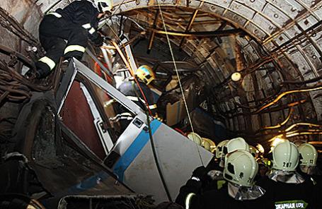 На месте аварии в тоннеле между станциями «Славянский бульвар» и «Парк Победы» на Арбатско-Покровской линии московского метро.