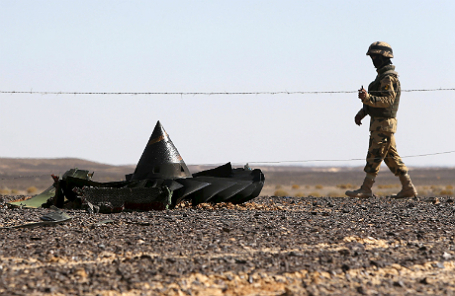 Египетский военный на месте крушения Airbus 321.
