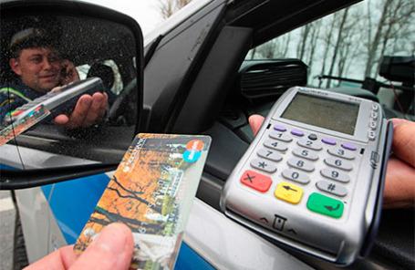 Терминал для оплаты штрафов автовладельцами, установленный в автомобиле ГИБДД.