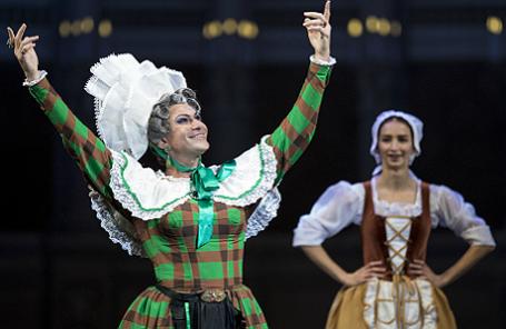 Николай Цискаридзе в «Танце в сабо» из балета «Тщетная предосторожность» во время гала-концерта «Оперный бал Елены Образцовой» на Исторической сцене ГАБТ.