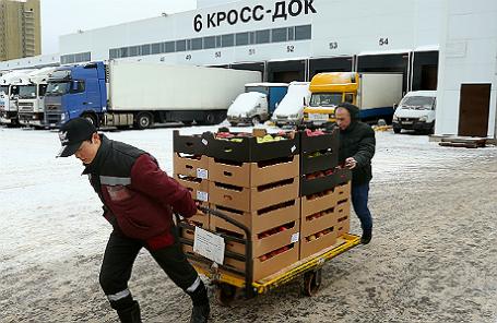 Сотрудники оптово-продовольственного центра «Фуд Сити» перед погрузкой товаров.