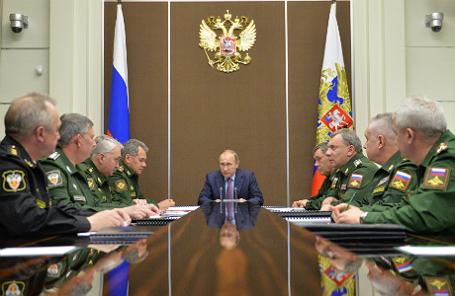 Президент России Владимир Путин на совещании о ситуации в оборонно-промышленном комплексе России.