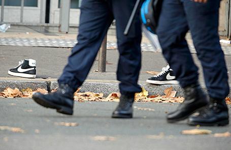 Полицейские у конертного зала Bataclan в Париже, Франция, 14 ноября 2015.