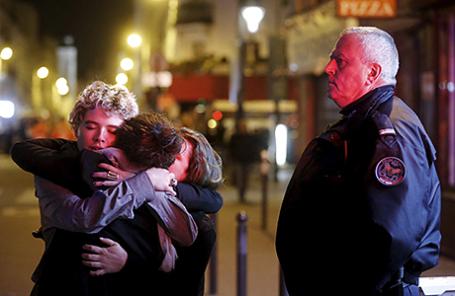 Люди у концертного зала Bataclan после террористических атак. Париж, Франция, 14 ноября 2015.
