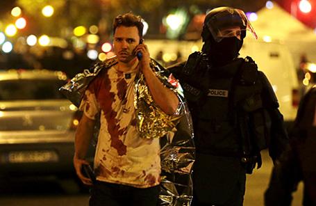 Пострадавший у концертного зала Bataclan после террористических атак. Париж, Франция, 14 ноября 2015.