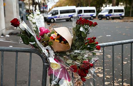 Цветы в память погибших в результате теракта около концертного зала Bataclan в Париже, Франция, 14 ноября 2015.