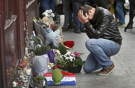 Мужчина около ресторана Le Carillon, где накануне произошел теракт. Париж, Франция, 14 ноября 2015.