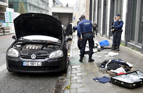 Обыск вещей в подозреваемой машине в Брюсселе.