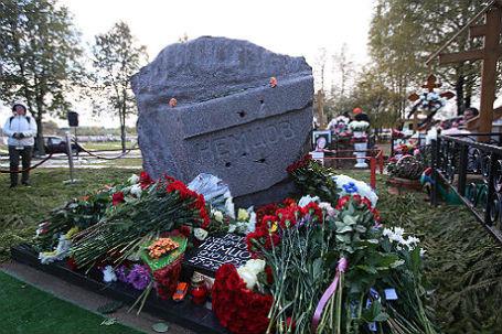 Открытие памятника Борису Немцову на Троекуровском кладбище.