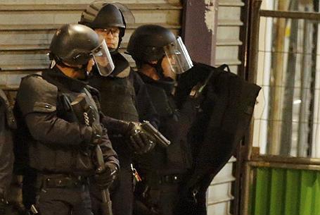 Французский полицейские во время спецоперации по задержанию предполагаемых террористов.